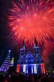 五颜六色的教会和圣母玛丽亚有烟花的在圣诞节n 库存照片