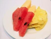 五颜六色的新鲜水果包括西瓜和菠萝在白色盘 库存图片