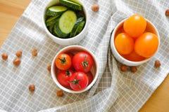 五颜六色的新鲜蔬菜和坚果在木背景说谎 免版税图库摄影