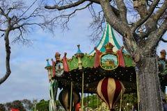 五颜六色的旋转木马在一个公园在圣诞节的里斯本 免版税库存照片