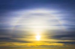 五颜六色的日出、日落云彩和太阳光芒 库存照片