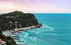 五颜六色的日出在海角Ai托多尔,雅尔塔的一个多雨早晨 免版税库存图片