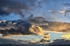五颜六色的日出,与剧烈的多云天空的日落 库存照片