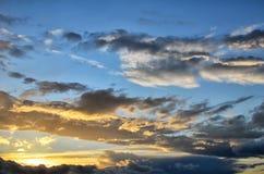 五颜六色的日出,与剧烈的多云天空的日落 库存图片