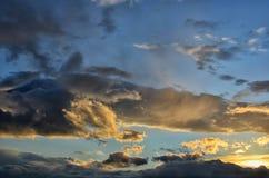 五颜六色的日出,与剧烈的天空的日落 免版税库存照片