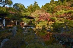 五颜六色的日本庭院在日落期间的Ginkaku籍寺庙京都在秋天季节 免版税库存照片