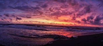 五颜六色的日落在巴厘岛,印度尼西亚 库存照片