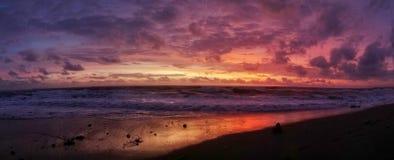 五颜六色的日落在巴厘岛,印度尼西亚 免版税库存照片