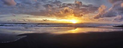 五颜六色的日落在巴厘岛,印度尼西亚 免版税库存图片