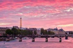 五颜六色的日落在巴黎 图库摄影