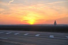 五颜六色的日落在高速公路 免版税库存图片