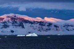 五颜六色的日落在Gerlache海峡 免版税库存图片