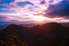 五颜六色的日落有从老虎洞山的美丽的景色在甲米府,泰国山  免版税库存照片