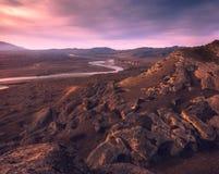 五颜六色的日落的山河 免版税库存图片