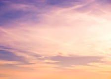 五颜六色的日落 被定调子的图象 背景蓝色云彩调遣草绿色本质天空空白小束 免版税图库摄影