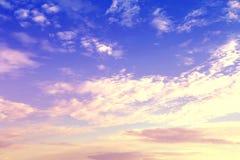 五颜六色的日落 被定调子的图象 背景蓝色云彩调遣草绿色本质天空空白小束 库存照片