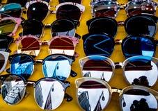 五颜六色的时尚太阳镜显示  免版税库存图片