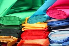 五颜六色的时尚材料堆 免版税图库摄影