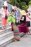 五颜六色的时髦的女性旅客selfie 图库摄影