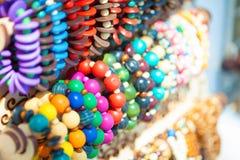 五颜六色的明亮的小珠和镯子 图库摄影