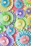 五颜六色的明亮的淡色纸玫瑰华饰 装饰党的 库存照片