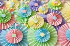 五颜六色的明亮的淡色纸玫瑰华饰 装饰党的 库存图片