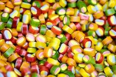 五颜六色的明亮的糖果,儿童的喜悦 各种各样的巧克力的构成由重量的在盘子 免版税库存图片