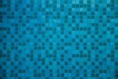 五颜六色的明亮的蓝色方形的马赛克纹理在墙壁上的 库存照片