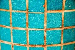 五颜六色的明亮的蓝色方形的马赛克纹理  库存照片