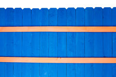 五颜六色的明亮的蓝色被弄脏的木尖桩篱栅 免版税库存照片