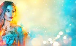 五颜六色的明亮的霓虹灯的秀丽幻想式样春天女孩 美丽的夏天年轻女人画象紫外的 r 库存图片