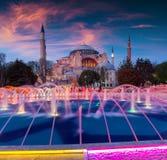 五颜六色的春天日落在苏丹Ahmet公园在伊斯坦布尔,土耳其, 免版税库存照片