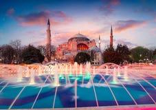 五颜六色的春天日落在苏丹Ahmet公园在伊斯坦布尔,土耳其 免版税库存照片