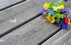 五颜六色的春天花束在木板条开花 免版税库存照片