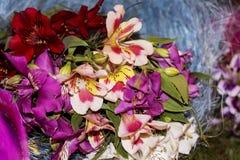 五颜六色的春天花浪漫花束  库存照片