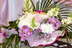 五颜六色的春天花浪漫花束  免版税库存图片