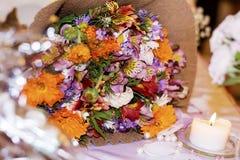 五颜六色的春天花浪漫花束  图库摄影