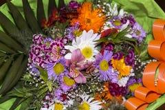 五颜六色的春天花浪漫花束  免版税库存照片
