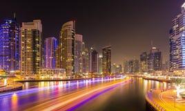 五颜六色的晚上在迪拜小游艇船坞,迪拜,阿联酋 库存图片