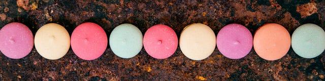 五颜六色的曲奇饼全景、在一条线的品种或饼干在r 免版税图库摄影