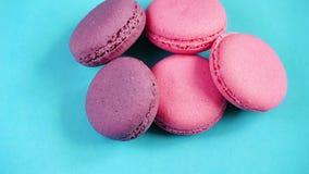 五颜六色的曲奇饼或法国蛋白杏仁饼干点心在淡色背景 股票录像