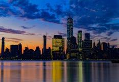 五颜六色的曼哈顿在黎明 免版税库存照片