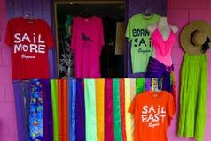 五颜六色的服装在bequia的待售 库存图片