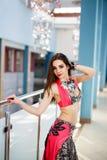 五颜六色的服装室内画象的阿拉伯肚皮舞表演者妇女 库存照片