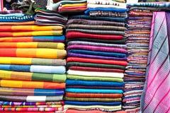 五颜六色的服装待售 免版税库存照片