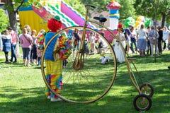 五颜六色的服装的孤独的小丑 免版税库存图片