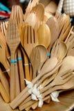 五颜六色的木匙子和叉子 免版税图库摄影