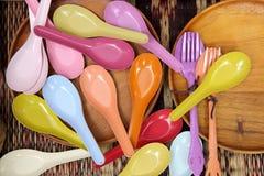 五颜六色的木匙子和叉子 免版税库存图片