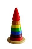 五颜六色的木圆环金字塔  婴孩和小孩的玩具 背景查出的白色 免版税库存照片