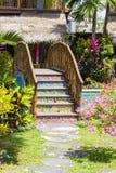 五颜六色的木桥在游泳池旁边的一个热带庭院里 巴厘岛印度尼西亚 库存照片